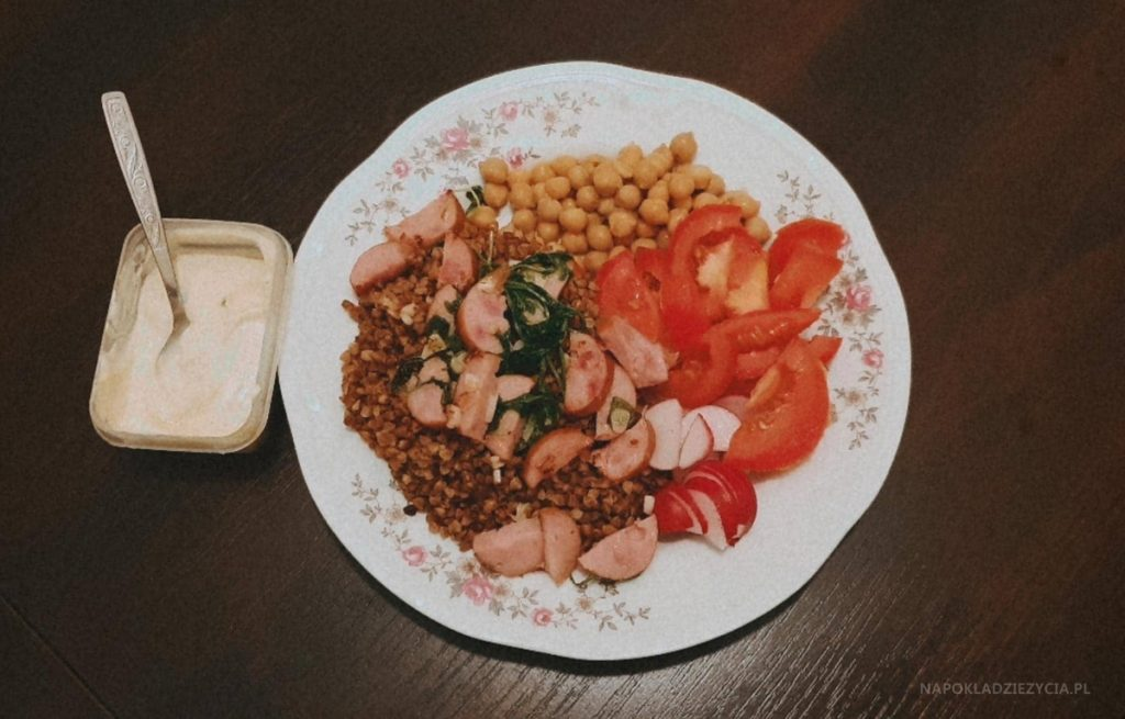 Pożywny obiad: PRZEPIS NA OSZUKANY BUDDHA BOWL (NA TALERZU) Z KASZĄ GRYCZANĄ